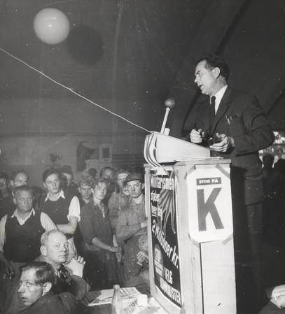 Aksel Larsen taler til B&W-arbejdere på Refshaleøen i 1950.