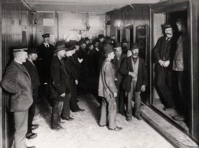 arbejdsloese-ved-indgangen-til-herberg-for-hjemloese-i-dr-tvaergade-koebenhavn-1890erne