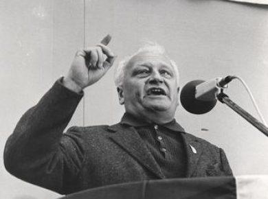 Ib Nørlund taler ved EF demonstration foran Christiansborg på 2 års dagen for folkeafstemningen, 2.10.1974