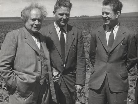 Martin Andersen Nexø på sin 76 års fødselsdag 26. juni 1945. Han er sammen med kommunisterne Alfred Jensen og Aksel Larsen, begge ministre på det tidspunkt. (ABA)