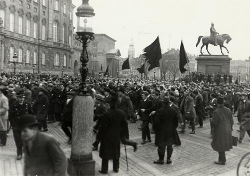 mens-demonstrationerne-mod-arbejdsloesheden-her-foran-christiansborg-fortsatte