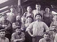 Arbejdere på deres værksted. Foto fra 1890'erne.