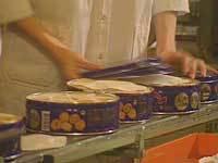 Småkager i pakkes i dåser på Kelsen