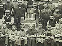 Opstilling af arbejdere fra en tobaksfabrik 1894. Tobaksindustrien var et af de mest børneintensive områder.