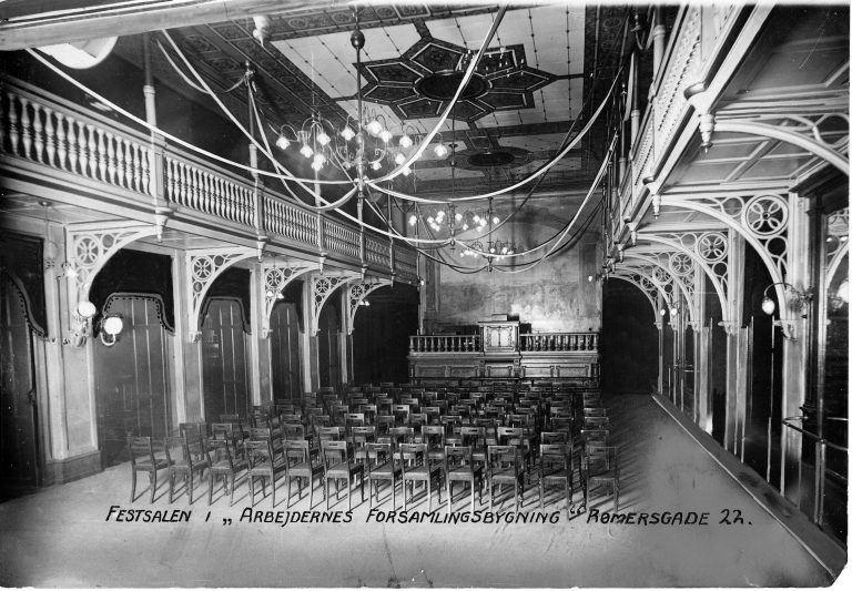 Fotografi af festsalen med det nye glasloft, der netop er blevet sat op da billedet blev taget i 1907.