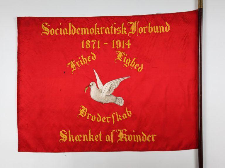 Duen – Et traditionsrigt symbol på fred. Men i fanernes sammenhæng var duerne lige dele et ønske om en fredelig revolution og et ønske om mere frihed