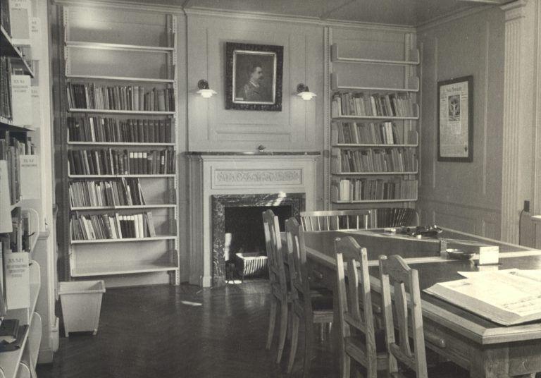 ABA's læsesal med pejs i Arbejdernes Foreningsbygning på Rosenørns Allé.