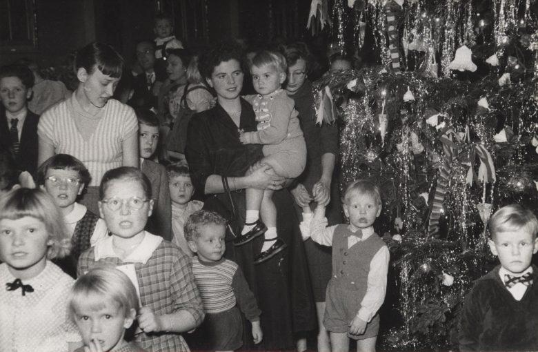 I 1950'erne var kårene trange for arbejderfamilier. Juletræsfesterne, der ofte var arrangeret af mor eller fars fagforening, var et af højdepunkterne i julemåneden.